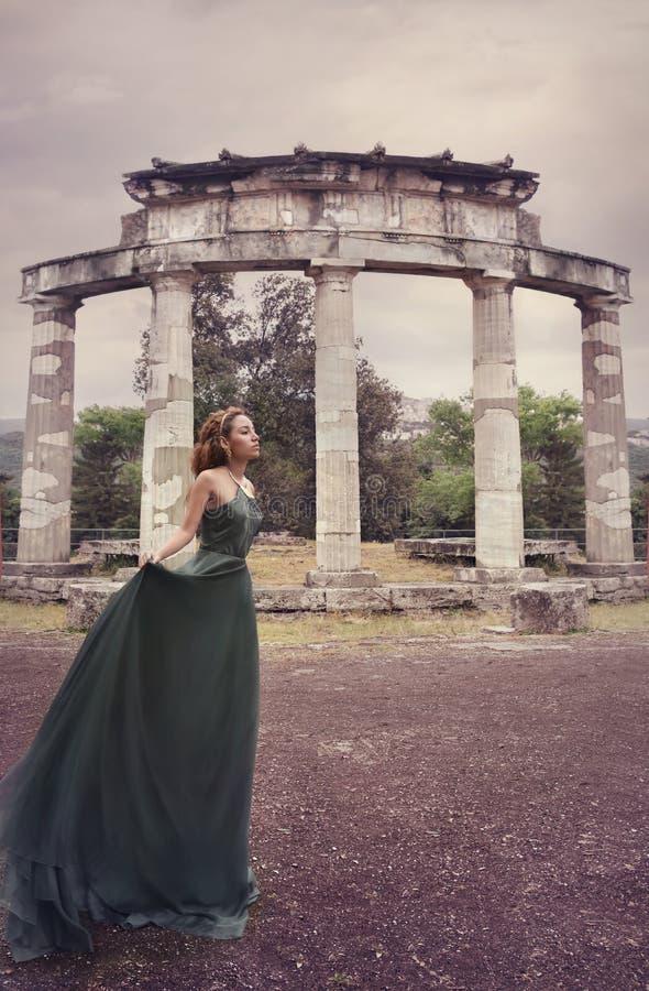 Όμορφο κορίτσι κοντά στις αρχαίες ρωμαϊκές καταστροφές στοκ φωτογραφίες με δικαίωμα ελεύθερης χρήσης