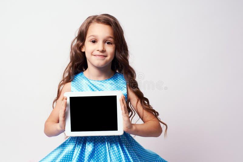 όμορφο κορίτσι λίγα σύγχρονες τεχνολογίες Πολύβλαστο μπλε φόρεμα στοκ φωτογραφίες