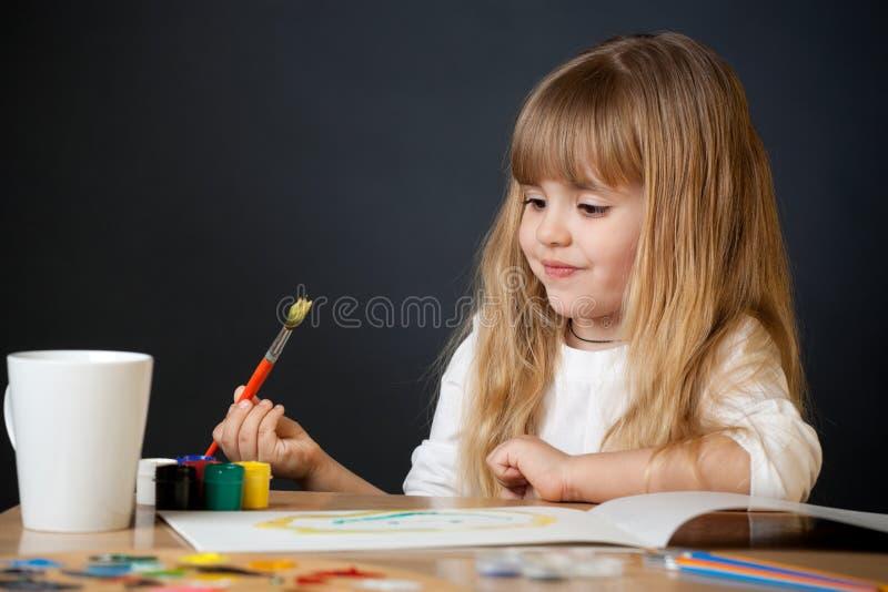 όμορφο κορίτσι λίγη ζωγρα& στοκ εικόνα με δικαίωμα ελεύθερης χρήσης