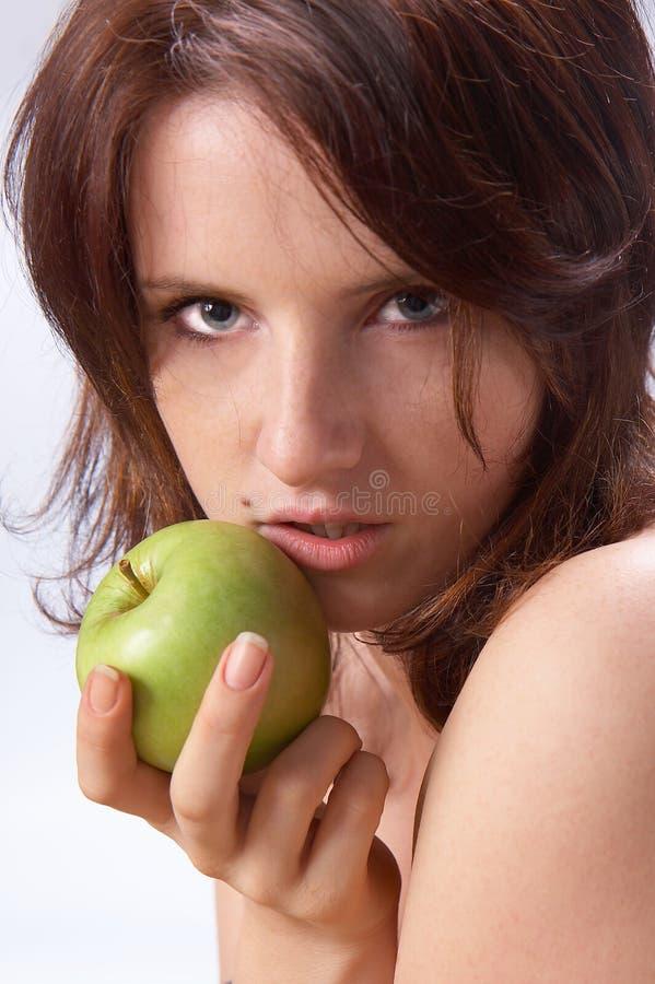 όμορφο κορίτσι μήλων πράσιν&om στοκ φωτογραφία
