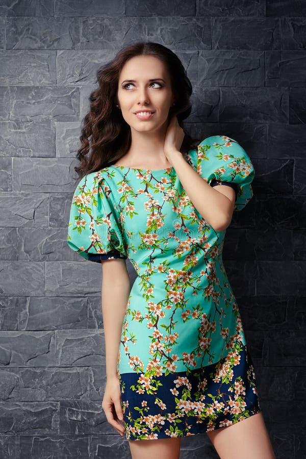 Όμορφο κορίτσι μίνι φόρεμα θερινών στο Floral τυπωμένων υλών στοκ φωτογραφίες με δικαίωμα ελεύθερης χρήσης