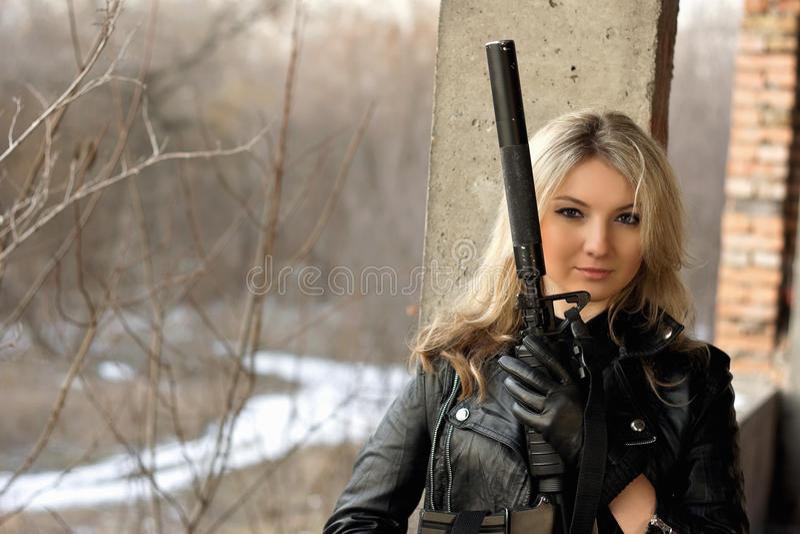 Όμορφο κορίτσι με ένα πυροβόλο όπλο στοκ φωτογραφία με δικαίωμα ελεύθερης χρήσης