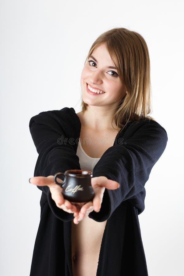 Όμορφο κορίτσι με ένα φλιτζάνι του καφέ στα χέρια, σε ένα άσπρο backgro στοκ φωτογραφία με δικαίωμα ελεύθερης χρήσης