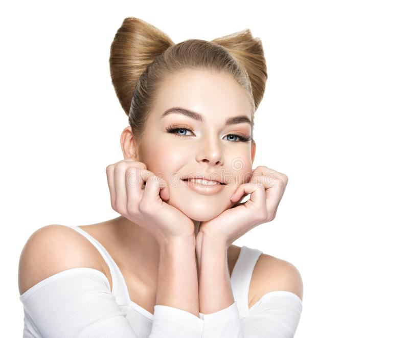 Όμορφο κορίτσι με ένα χαμόγελο στο πρόσωπο στοκ εικόνες