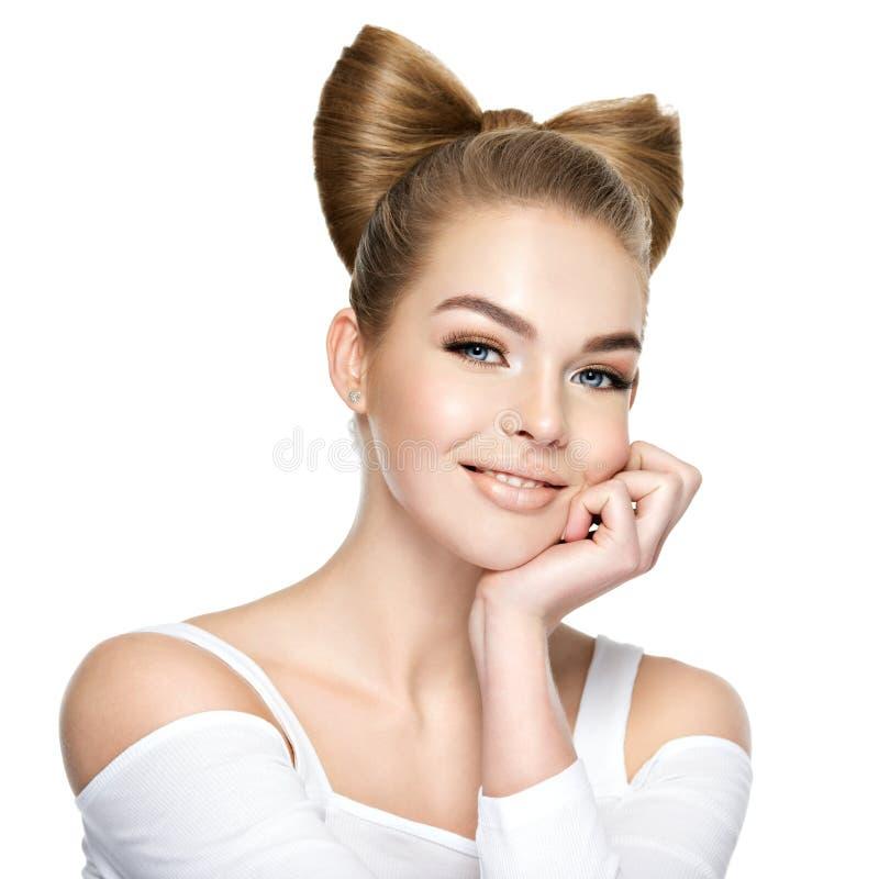 Όμορφο κορίτσι με ένα χαμόγελο στο πρόσωπο στοκ φωτογραφία με δικαίωμα ελεύθερης χρήσης