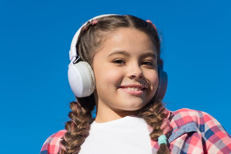 Όμορφο κορίτσι με τα ακουστικά Το νέο ευτυχές κορίτσι ακούει τη μουσική Μοντέρνος φίλος της μουσικής Ευτυχές χαμόγελο στο πρόσωπο στοκ φωτογραφίες