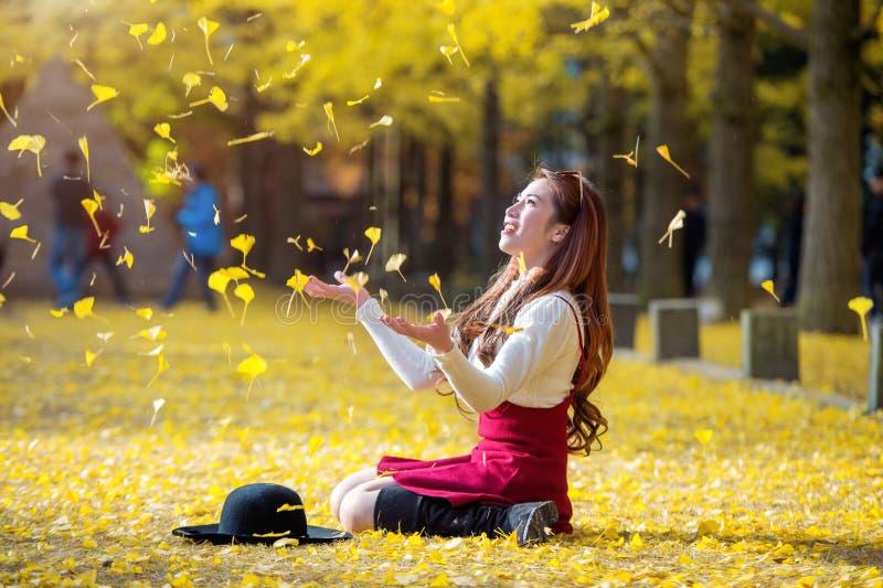 Όμορφο κορίτσι με τα κίτρινα φύλλα στο νησί Nami, στοκ εικόνες με δικαίωμα ελεύθερης χρήσης