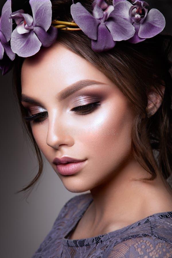 Όμορφο κορίτσι με τα λουλούδια στοκ εικόνες με δικαίωμα ελεύθερης χρήσης