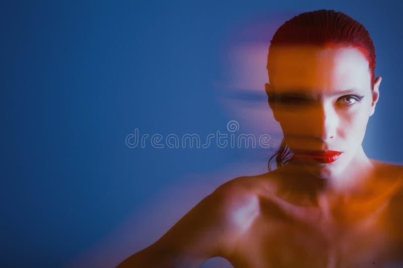 Όμορφο κορίτσι με τα μεγάλα μάτια και wild-eyed στοκ φωτογραφία με δικαίωμα ελεύθερης χρήσης