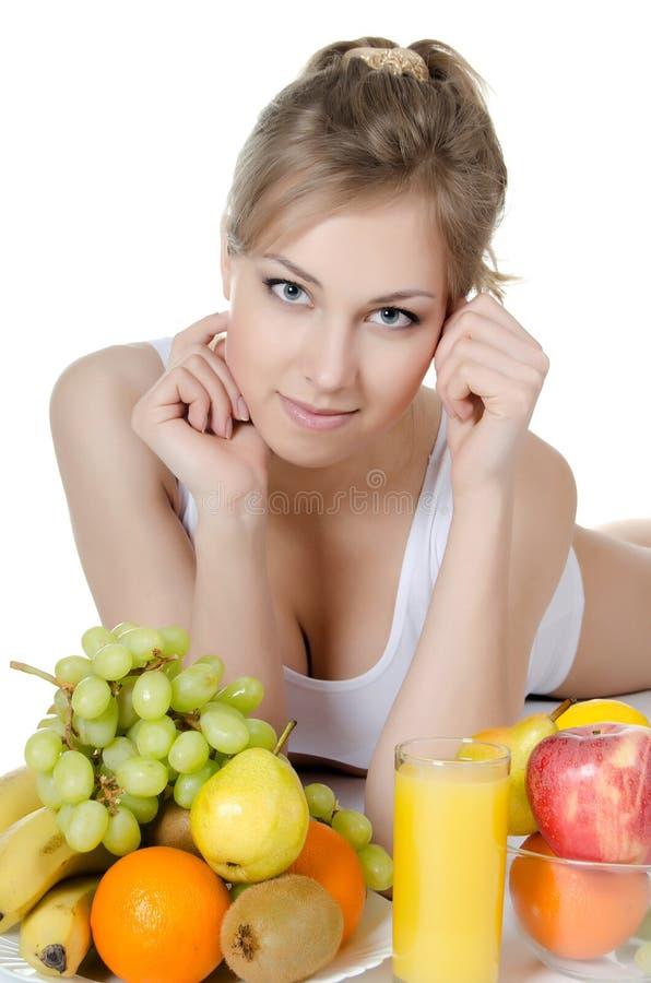Όμορφο κορίτσι με τα φρούτα και λαχανικά στοκ φωτογραφίες με δικαίωμα ελεύθερης χρήσης
