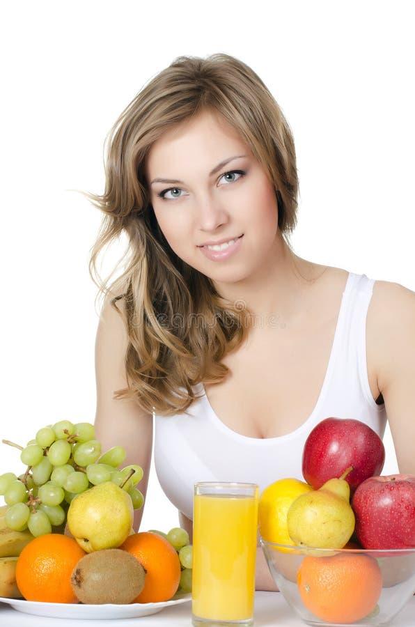 Όμορφο κορίτσι με τα φρούτα και λαχανικά στοκ εικόνα με δικαίωμα ελεύθερης χρήσης