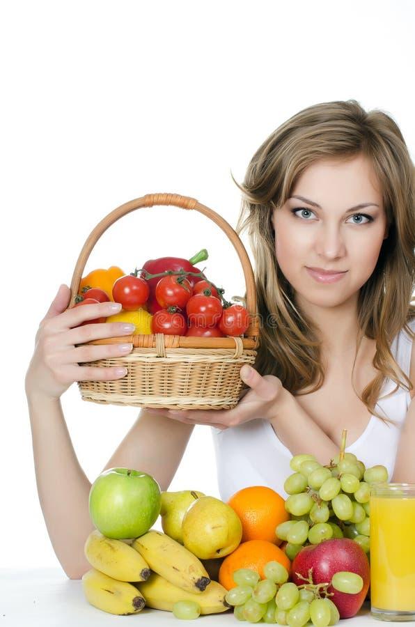 Όμορφο κορίτσι με τα φρούτα και λαχανικά στοκ εικόνες