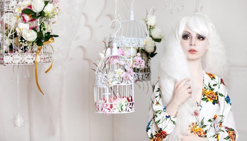 Όμορφο κορίτσι με την άσπρη τρίχα στο υπόβαθρο στοκ φωτογραφίες