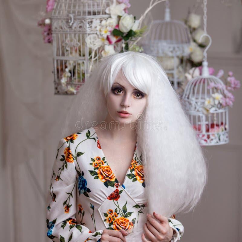 Όμορφο κορίτσι με την άσπρη τρίχα στο υπόβαθρο στοκ φωτογραφία με δικαίωμα ελεύθερης χρήσης