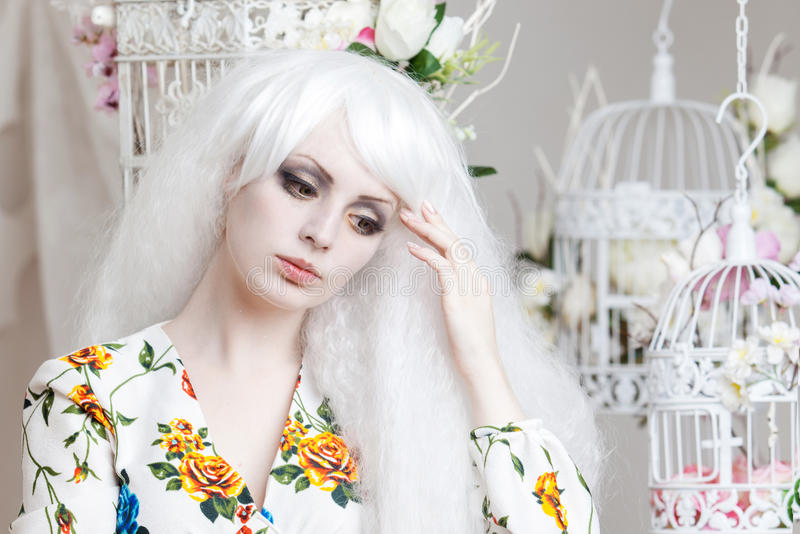 Όμορφο κορίτσι με την άσπρη τρίχα στο υπόβαθρο στοκ φωτογραφία