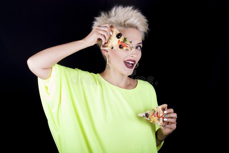 Όμορφο κορίτσι με την κοντή τρίχα σε μια ανοικτό πράσινο μπλούζα με slic στοκ φωτογραφίες