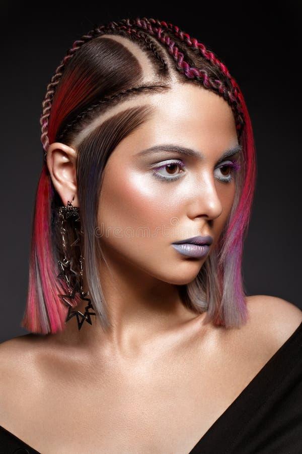 Όμορφο κορίτσι με την πολύχρωμη τρίχα και τη δημιουργική σύνθεση και hairstyle Πρόσωπο ομορφιάς στοκ φωτογραφία