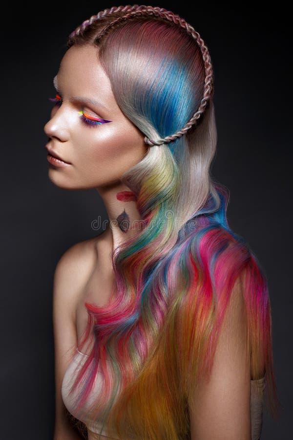 Όμορφο κορίτσι με την πολύχρωμη τρίχα και τη δημιουργική σύνθεση και hairstyle Πρόσωπο ομορφιάς στοκ φωτογραφίες