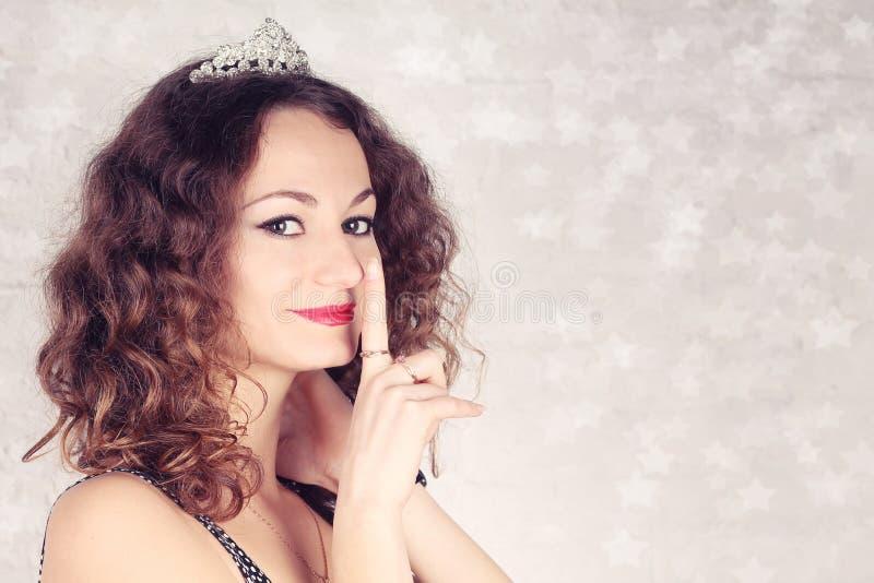 Όμορφο κορίτσι με την τιάρα στοκ φωτογραφίες με δικαίωμα ελεύθερης χρήσης