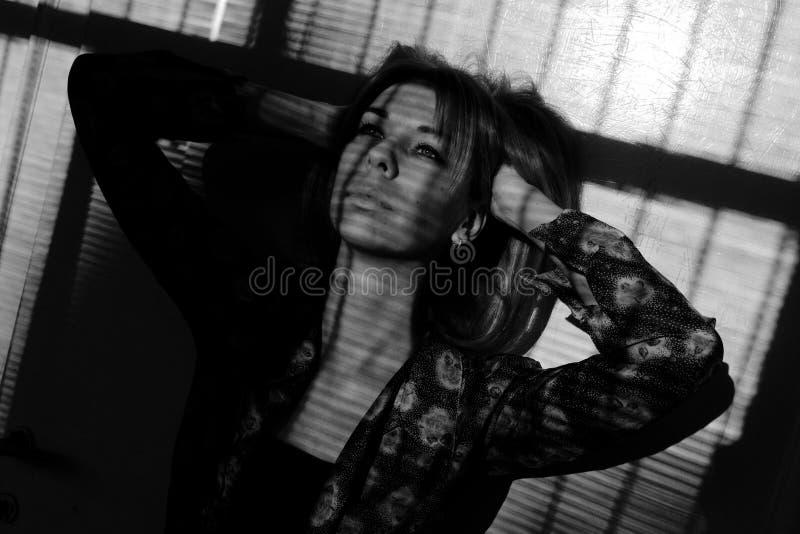 Όμορφο κορίτσι με την τοποθέτηση μπλε ματιών Σκληρή ελαφριά φωτογραφία στοκ φωτογραφία