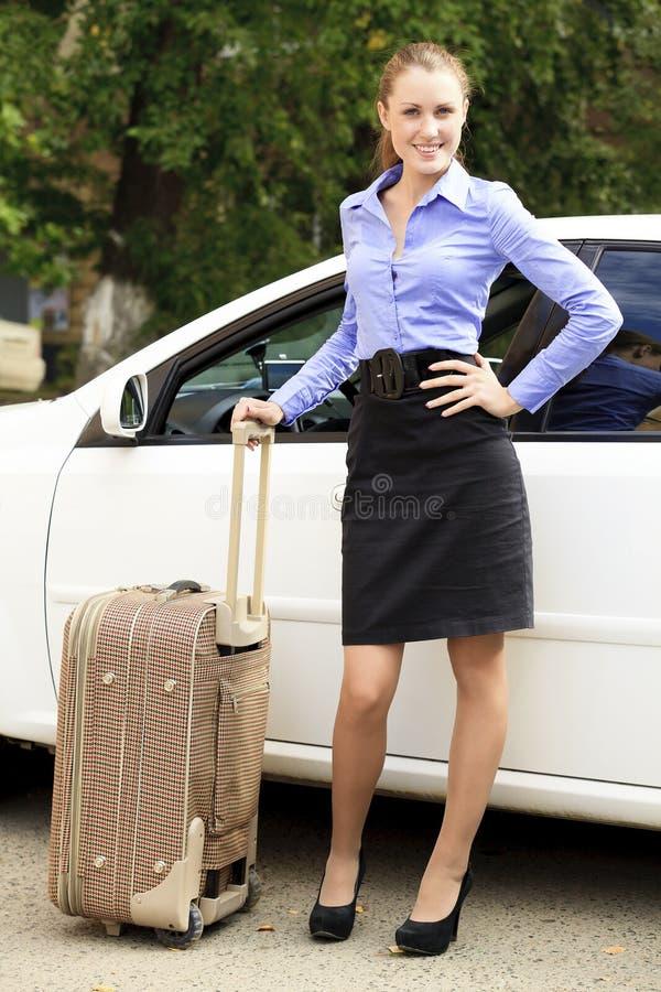 Όμορφο κορίτσι με τη βαλίτσα στοκ εικόνα με δικαίωμα ελεύθερης χρήσης