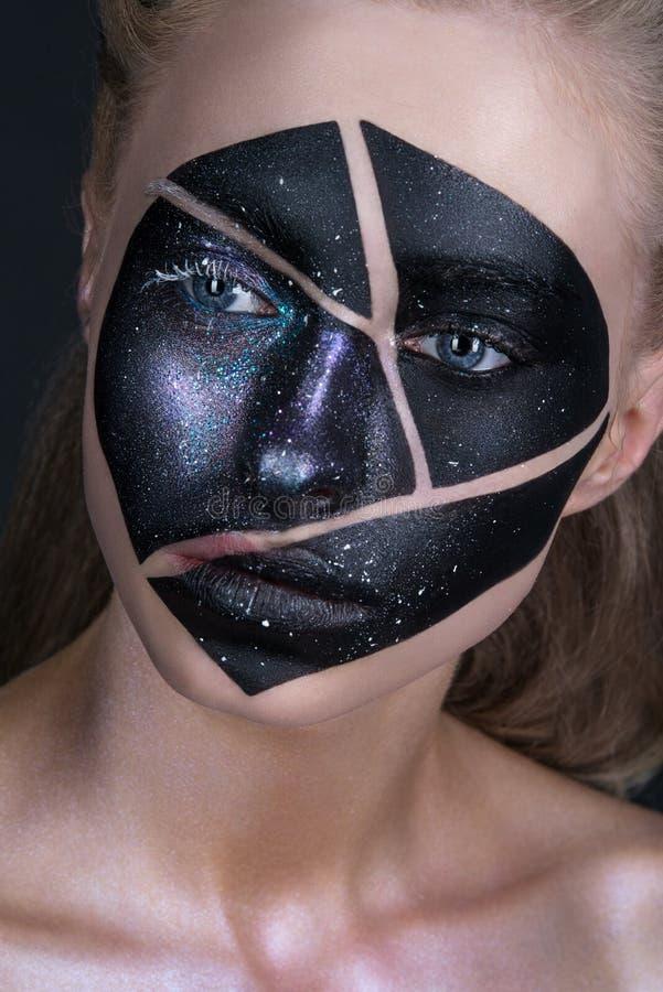 Όμορφο κορίτσι με τη δημιουργική σύνθεση τέχνης Η ομορφιά είναι ένα πρόσωπο τέχνης στοκ φωτογραφία με δικαίωμα ελεύθερης χρήσης