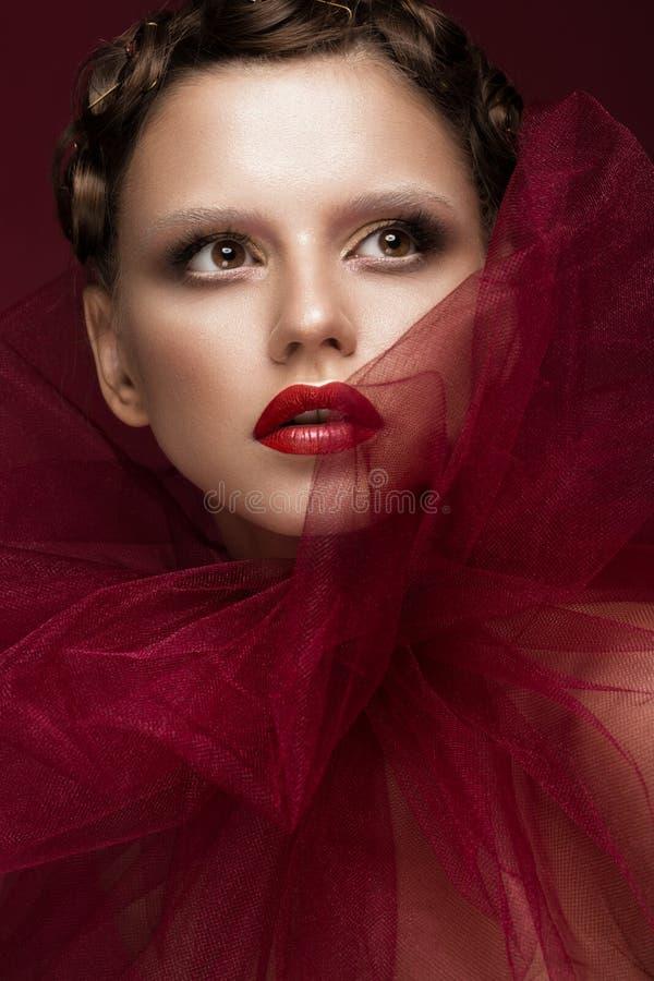 Όμορφο κορίτσι με τη δημιουργική σύνθεση τέχνης στην εικόνα της κόκκινης νύφης για αποκριές Πρόσωπο ομορφιάς στοκ φωτογραφία