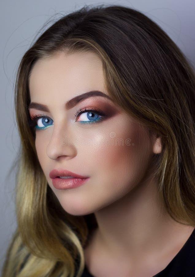 Όμορφο κορίτσι με τη σύνθεση μόδας στοκ εικόνες