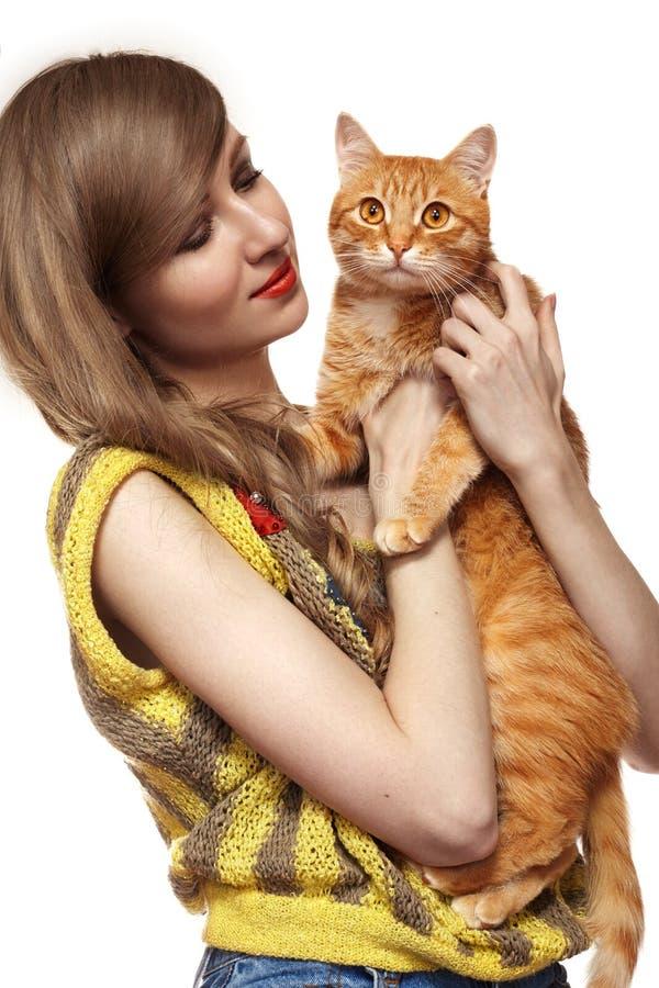 Όμορφο κορίτσι με τη χαριτωμένη γάτα πιπεροριζών Εγχώρια κατοικίδια ζώα αγάπης στοκ εικόνες