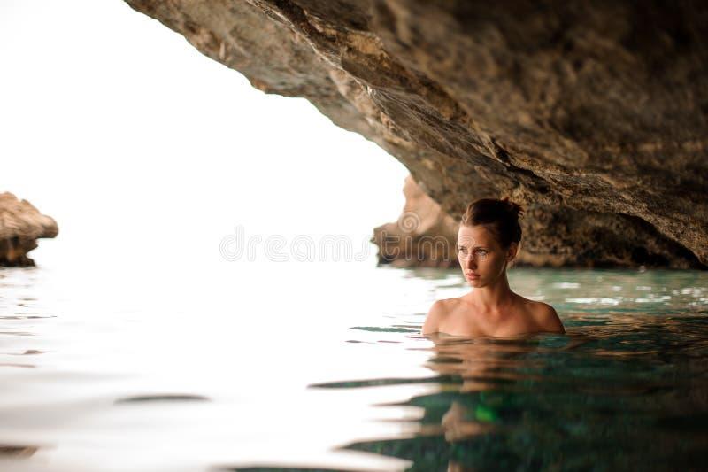 Όμορφο κορίτσι με τη redhead δεμένη τρίχα στη σπηλιά νερού στοκ φωτογραφία με δικαίωμα ελεύθερης χρήσης