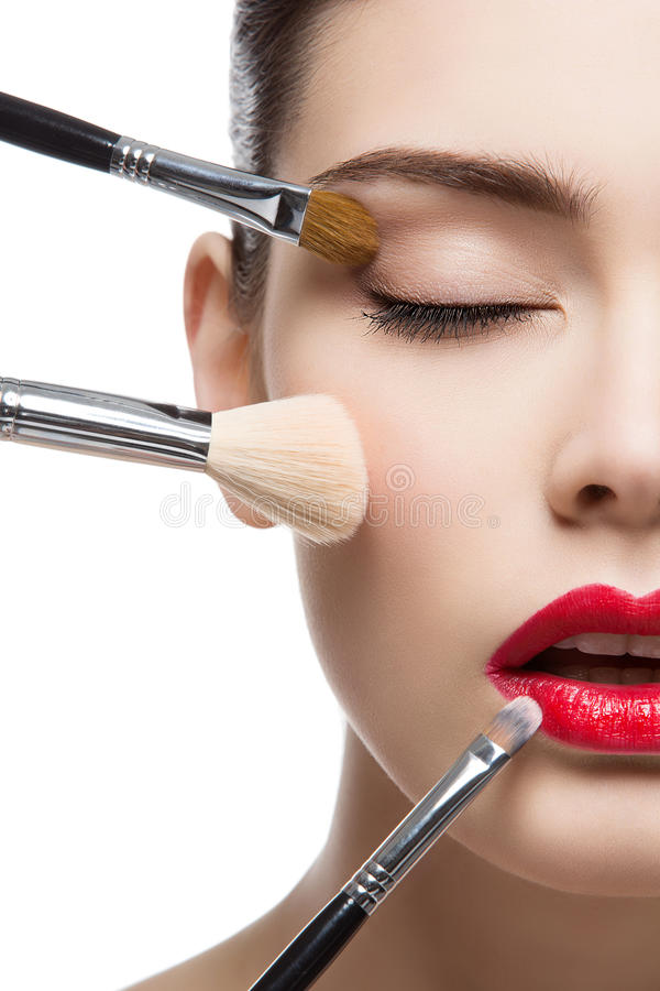 Όμορφο κορίτσι με τις βούρτσες makeup στοκ φωτογραφία με δικαίωμα ελεύθερης χρήσης