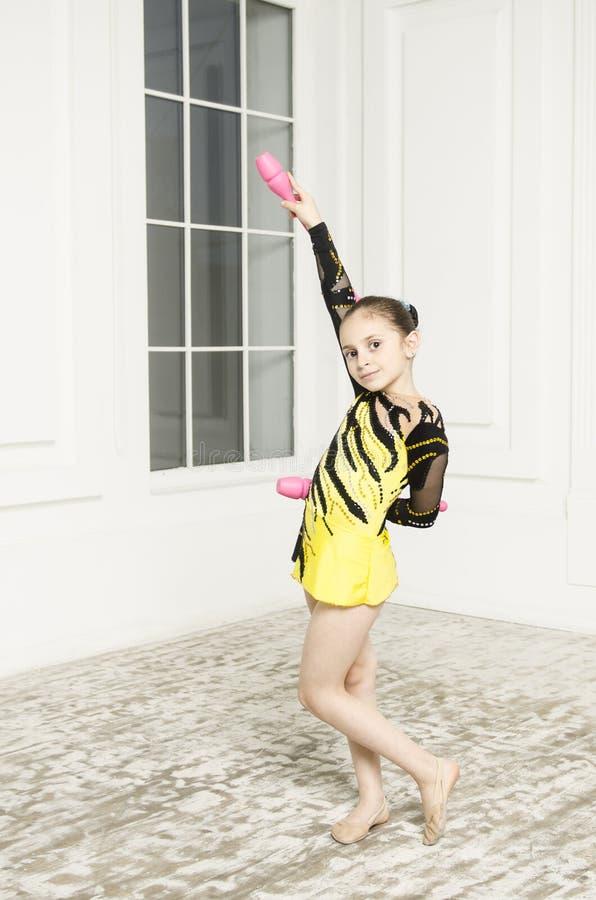 Όμορφο κορίτσι με τις ρόδινες ρυθμικές λέσχες γυμναστικής στοκ εικόνα με δικαίωμα ελεύθερης χρήσης