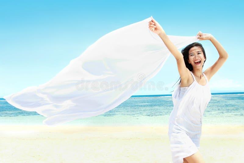 Όμορφο κορίτσι με το άσπρο μαντίλι στην παραλία στοκ εικόνες