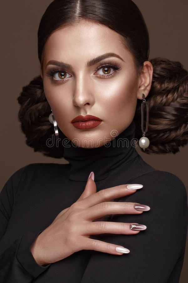 Όμορφο κορίτσι με το ασυνήθιστο hairstyle, το φωτεινό makeup, τα κόκκινα χείλια και το σχέδιο μανικιούρ Πρόσωπο ομορφιάς Καρφιά τ στοκ φωτογραφία με δικαίωμα ελεύθερης χρήσης