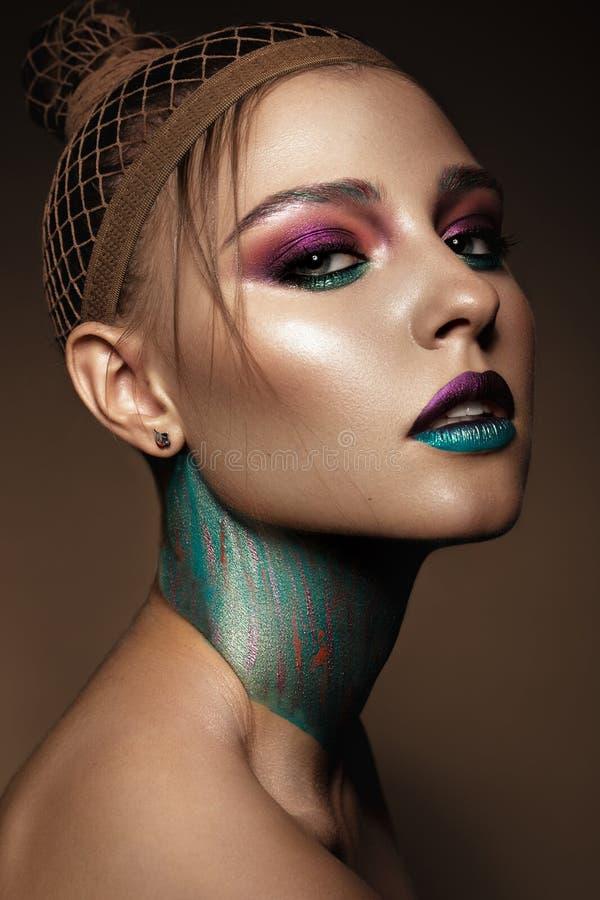 Όμορφο κορίτσι με το δημιουργικό ζωηρόχρωμο makeup Πρόσωπο ομορφιάς στοκ εικόνες