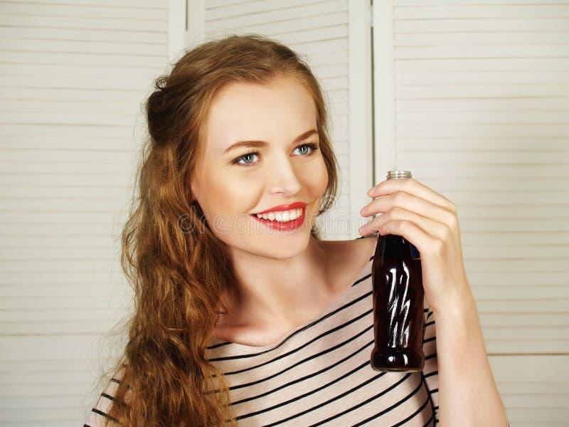 Όμορφο κορίτσι με το ενωμένο με διοξείδιο του άνθρακα νερό στοκ εικόνες