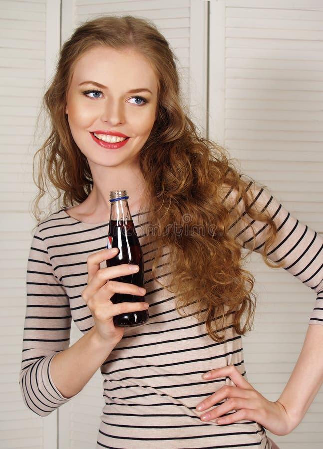 Όμορφο κορίτσι με το ενωμένο με διοξείδιο του άνθρακα νερό στοκ εικόνες με δικαίωμα ελεύθερης χρήσης
