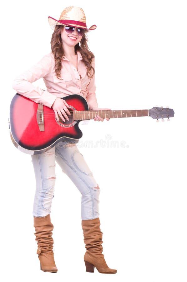 Όμορφο κορίτσι με το καπέλο κάουμποϋ με την κιθάρα στοκ φωτογραφίες