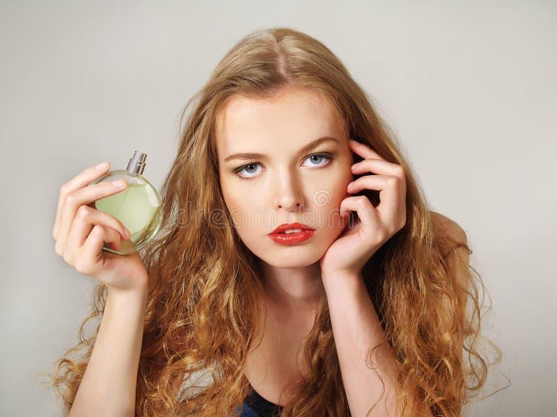 Όμορφο κορίτσι με το μπουκάλι του αρώματος στοκ φωτογραφία με δικαίωμα ελεύθερης χρήσης