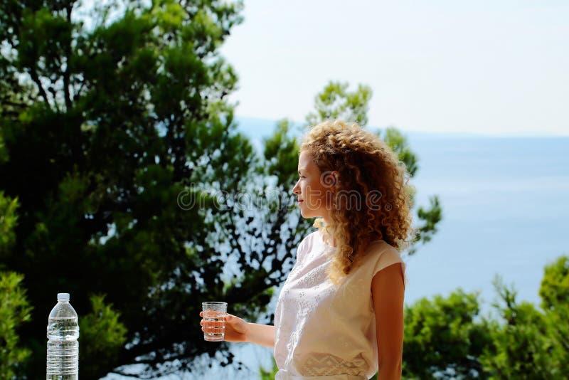 Όμορφο κορίτσι με το νερό στοκ εικόνες