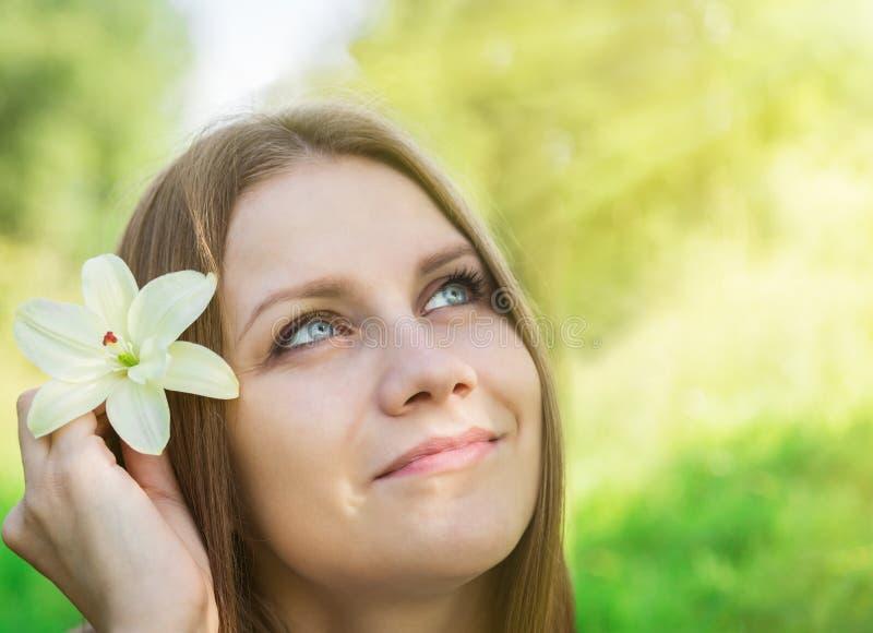 Όμορφο κορίτσι με το λουλούδι κρίνων στοκ φωτογραφίες