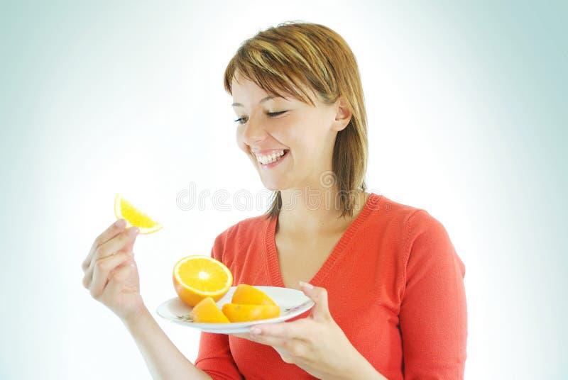 Όμορφο κορίτσι με το πορτοκάλι στοκ εικόνα με δικαίωμα ελεύθερης χρήσης
