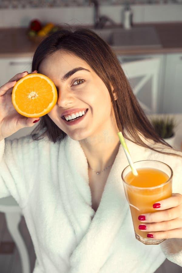 Όμορφο κορίτσι με το πορτοκάλι Cuted στοκ εικόνα με δικαίωμα ελεύθερης χρήσης