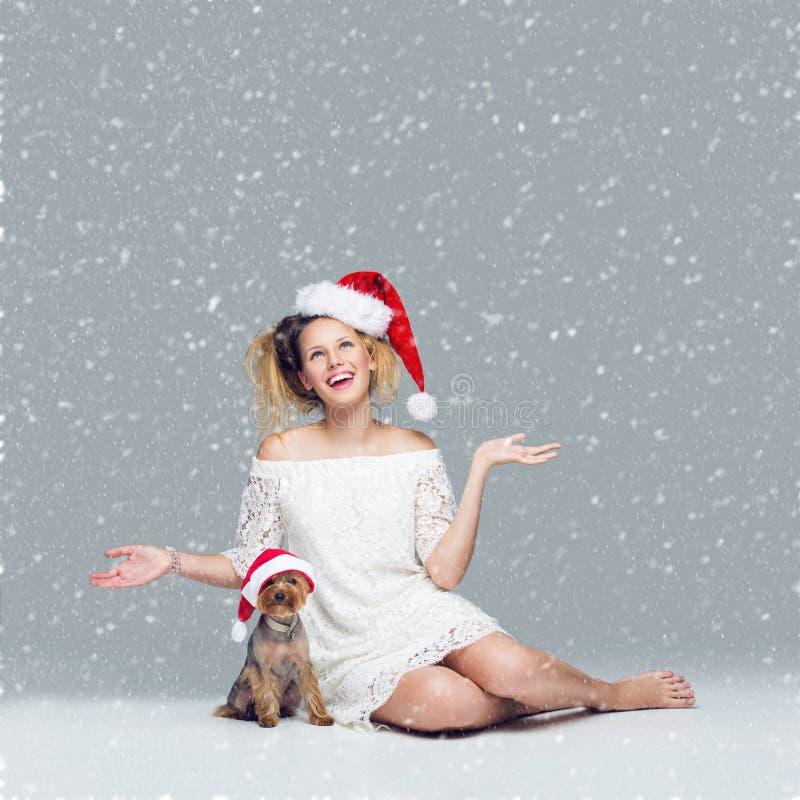 Όμορφο κορίτσι με το σκυλί yorkie στο santa ΚΑΠ στοκ εικόνες με δικαίωμα ελεύθερης χρήσης