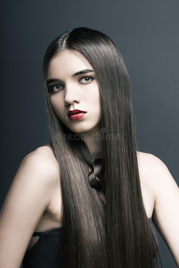 Όμορφο κορίτσι με το τέλειο δέρμα, κόκκινο κραγιόν στοκ εικόνες