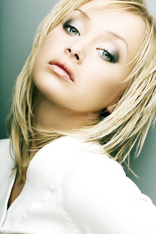 Όμορφο κορίτσι με το τέλειο δέρμα, ξανθά μαλλιά στοκ φωτογραφίες με δικαίωμα ελεύθερης χρήσης