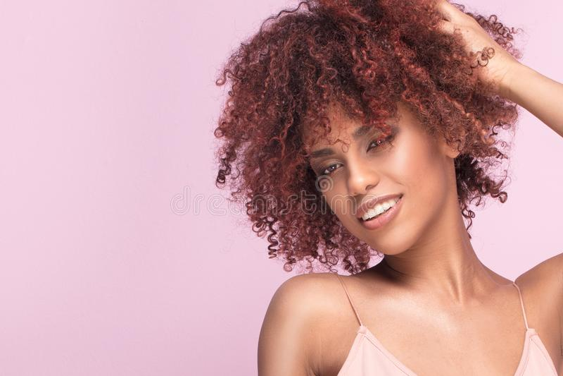 Όμορφο κορίτσι με το χαμόγελο afro στοκ φωτογραφίες με δικαίωμα ελεύθερης χρήσης