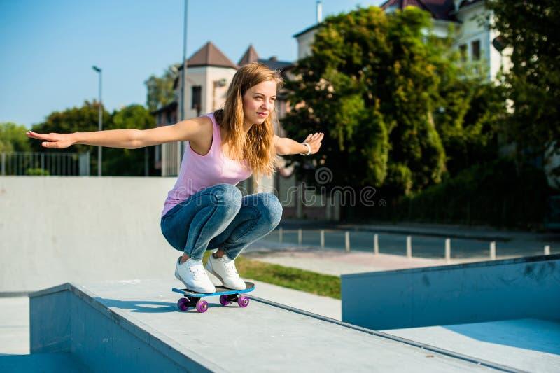 Όμορφο κορίτσι με skateboard στοκ φωτογραφία