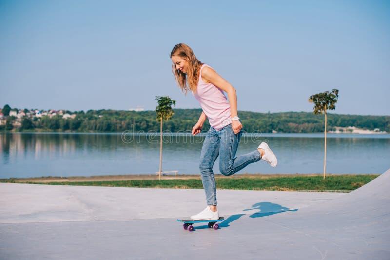 Όμορφο κορίτσι με skateboard στοκ φωτογραφίες με δικαίωμα ελεύθερης χρήσης