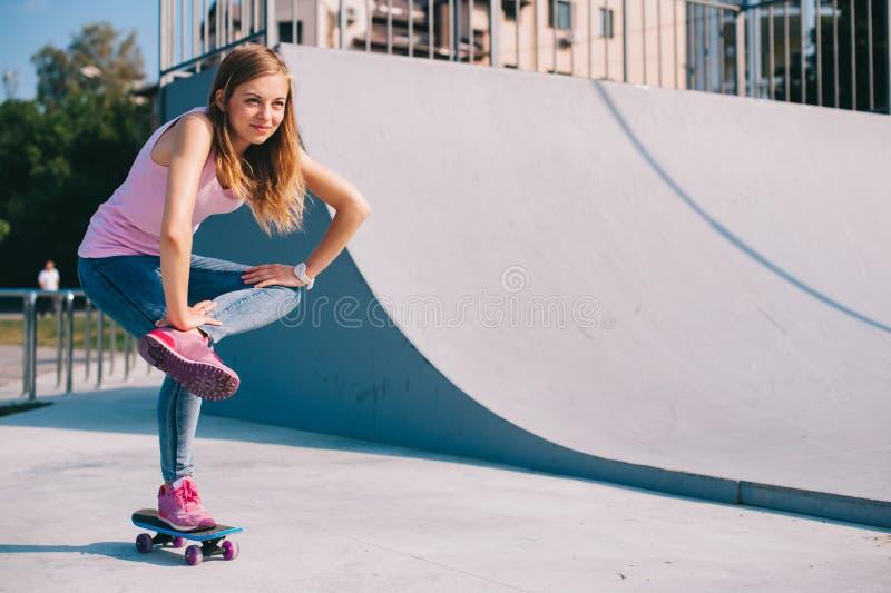 Όμορφο κορίτσι με skateboard στοκ φωτογραφία με δικαίωμα ελεύθερης χρήσης